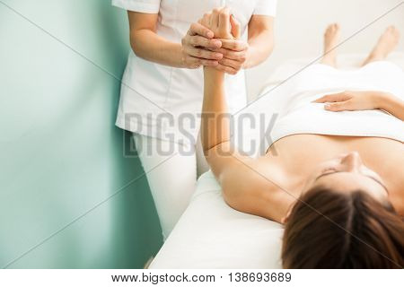 Digitopuncture Therapy At A Spa