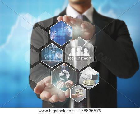 Reaching images streaming, digital photo album