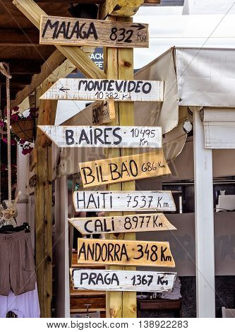 World Landmarks Signpost - distance a places all over the world