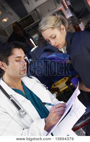 Rettungssanitäter Beratung Arzt über ankommende Patienten