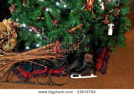 Jahrgang Skates unter Weihnachtsbaum