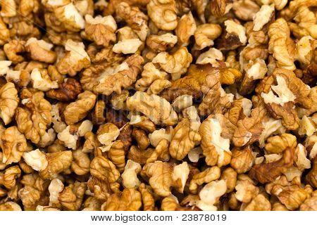 Muchas mitades de nueces crudas (lat.  Juglans regia)