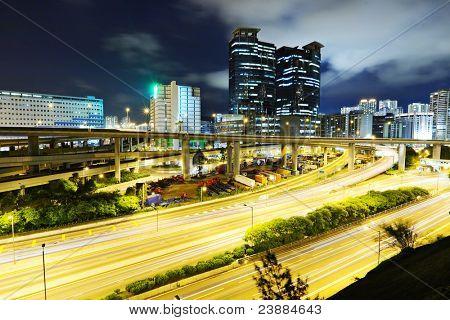 Paisagem urbana moderna à noite