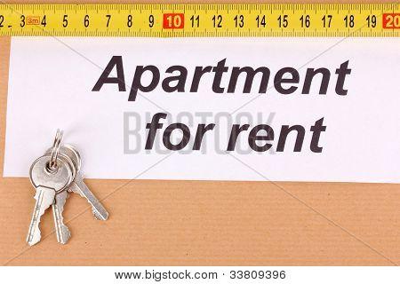 Ordner mit Informationen über die Wohnungen zu vermieten auf hölzernen Hintergrund Nahaufnahme