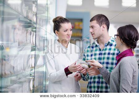 jovem farmacêutico sugerindo drogas médicas ao comprador em farmácia Farmácia
