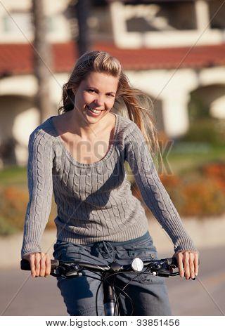 Bastante joven en su bicicleta