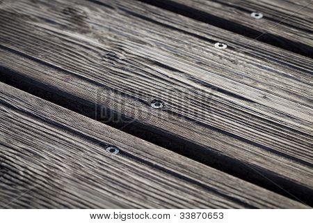 Holzbohlen mit Schrauben und Muttern drin