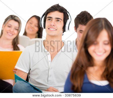 Aluno ouvindo música em classe com fones de ouvido