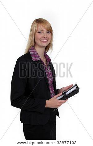 Mujer que sostiene un organizador personal