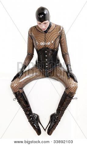 sentado vistiendo ropa de látex mujer