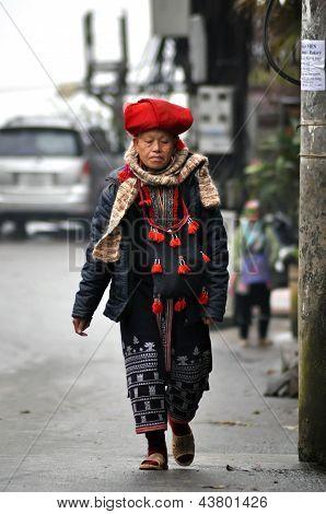Red Dao Frau gehend auf die Straßen von Sapa, Vietnam