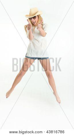 Mujer feliz saltando con los pulgares para arriba