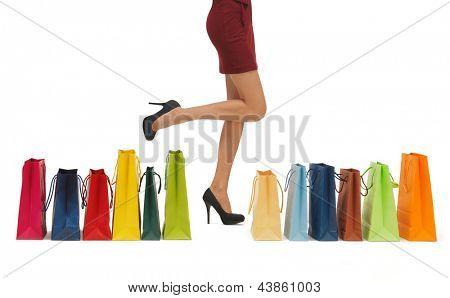 Bild der Frau lange Beine mit Einkaufstüten.