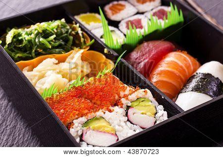 sushi e rolos em caixa de bento