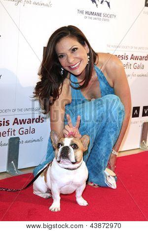 BEVERLY HILLS - Mär 23: Constance Marie, Hund Beatrice (Modern Family) bei den 2013 Genesis Awards werden