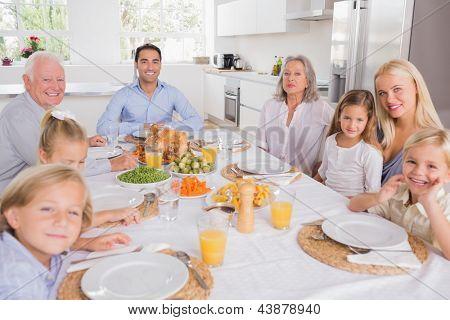 Familie sitzen für Thanksgiving dinner