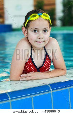 Linda chica con gafas en piscina