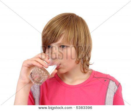Adolescente a beber água