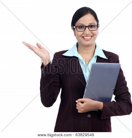 Young business woman holding blank copy space on her open palm and holding a tablet computer