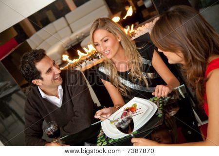 Grupo de amigos, cenando