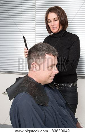 Cutting hair in a beauty salon