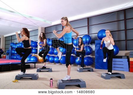 Grupo de chicas en un club de fitness