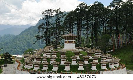 Monument with the stupas in the Dochu La pass