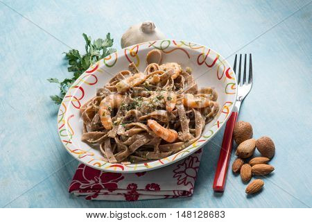 integral tagliatelle with shrimp and almond