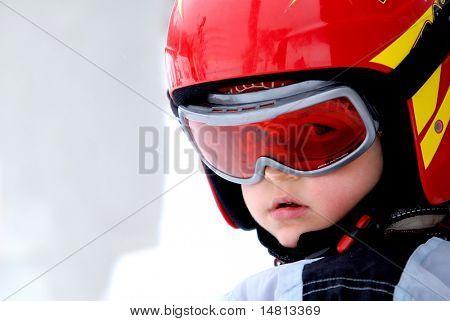 wenig junge-Porträt mit Helm im Winter Ferien