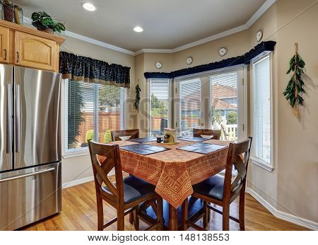 Nice Dining Room Interior With Brown Table Cloth