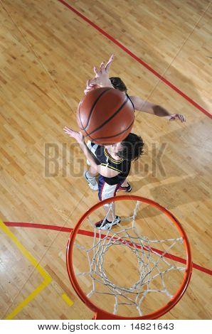 Wettbewerb-Cencept mit Menschen, Basketball spielen, der Turnhalle der Schule