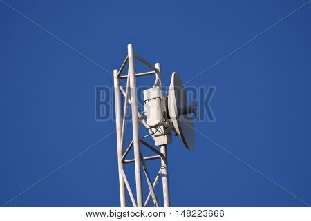 Uni-directional antenna for high-speed data on the mast.