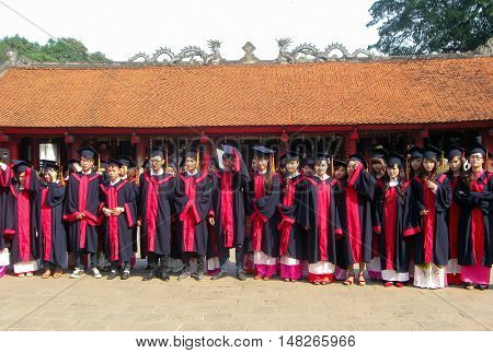 HA NOI, VIET NAM, September 12, 2016 a group of students, bachelor Ha Noi, Vietnam, souvenir photograph, ruins Temple of Literature, Ha Noi