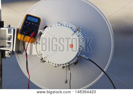 Installing and setting up microwave transmission antenna