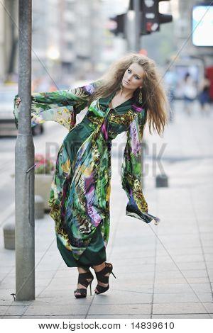 schöne junge elegante Frau in Mode und urban Style Kleid in Stadt auf Straße bei Nacht alon