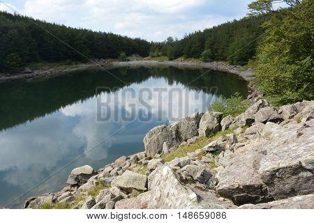 le nuvole si specchiano nel lago Palo