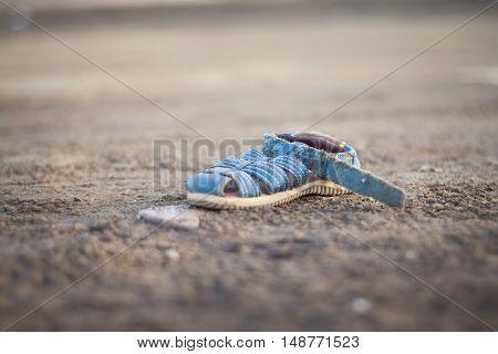 Zapatilla abandonada en Vaia de portman Murcia