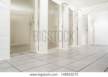 In an public building are womans toilets s