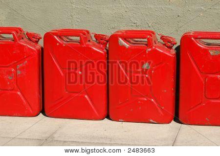 Latas de combustível agredidas
