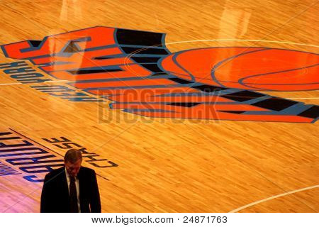 Mike d'antony durante durante partida de knicks da NBA no madison square garden