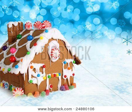 Casa de pão em um fundo de neve de Natal festivo.