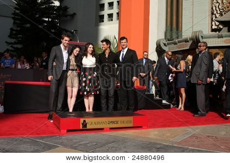 LOS ANGELES -NOV 3: Robert Pattinson, Kristen Stewart, Stephanie Meyers, Taylor Lautner, Jimmy Kimmel at the Handprint and Footprint Ceremony at Grauman's Theater on November 3, 2011 in Los Angeles,CA