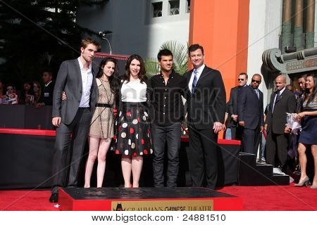 LOS ANGELES -NOV 3:Robert Pattinson, Kristen Stewart, Stephanie Meyers, Taylor Lautner, Jimmy Kimmel at the Handprint and Footprint Ceremony at Grauman's Theater on November 3, 2011 in Los Angeles, CA