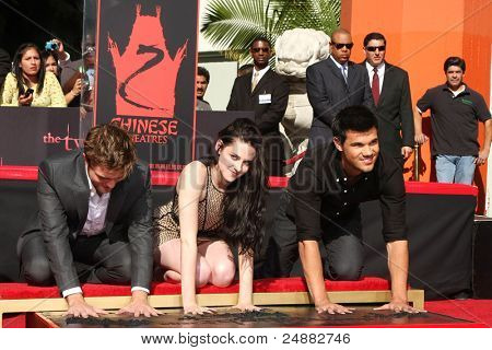 LOS ANGELES - NOV 3: Robert Pattinson, Kristen Stewart and Taylor Lautner attends the Hand and Footprint Ceremony at Grauman's Chinese Theater on November 3, 2011 in Los Angeles, California