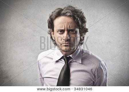 Kaufmann mit wütenden Ausdruck