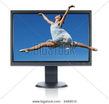 Ballerina springen von einem monitor