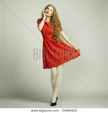 Mode Foto junge wunderschöne Frau im roten Kleid
