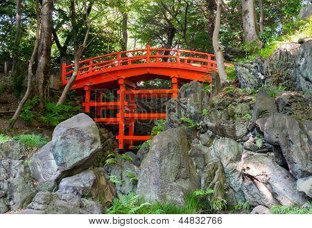 Bela ponte de Tsutenkyo no jardim Koishikawa Korakuen em Tóquio, Japão.