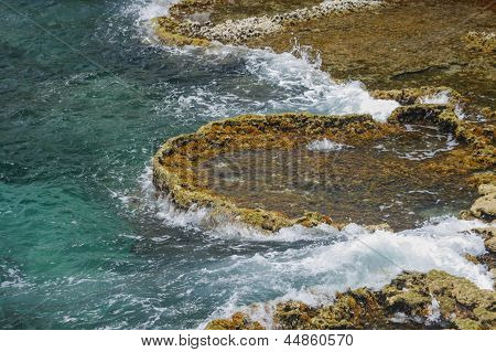 Wellen am Ufer brechen