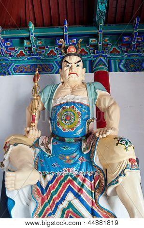 Estátua do guardião budista na entrada do Templo de Daxiangguo, Kaifeng, China
